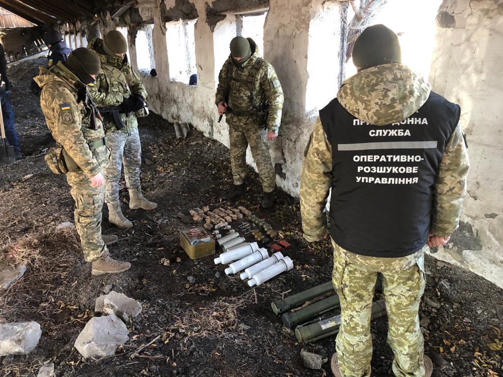 У зруйнованій будівлі на Донеччині виявили схрон бойових гранат та снарядів